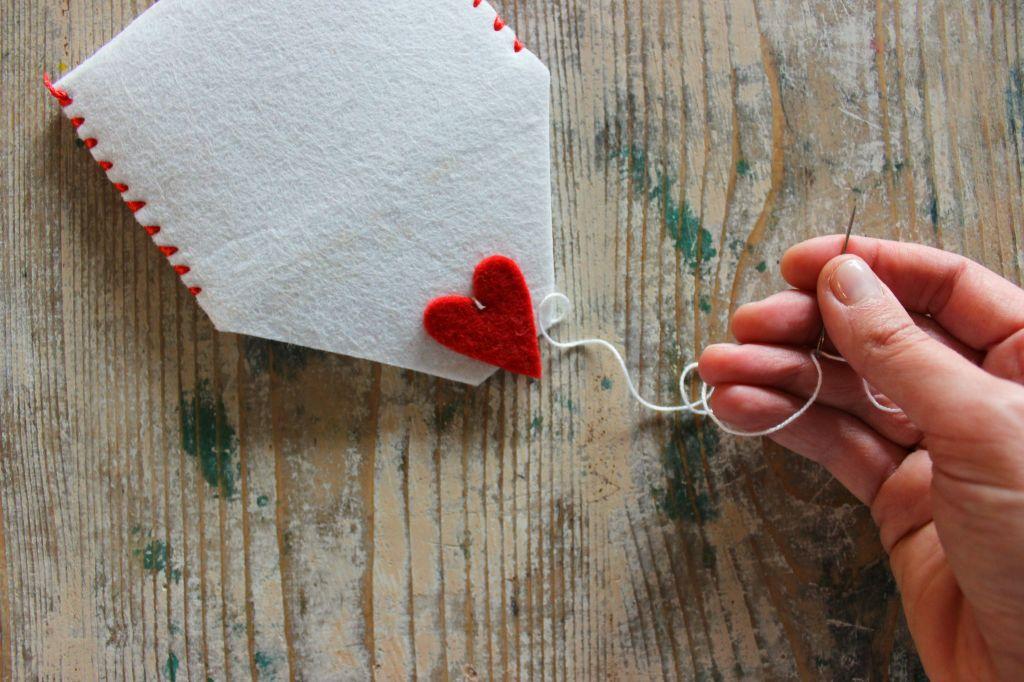 cuore rosso feltro pannolenci busta da lettera tutorial cucito creativo