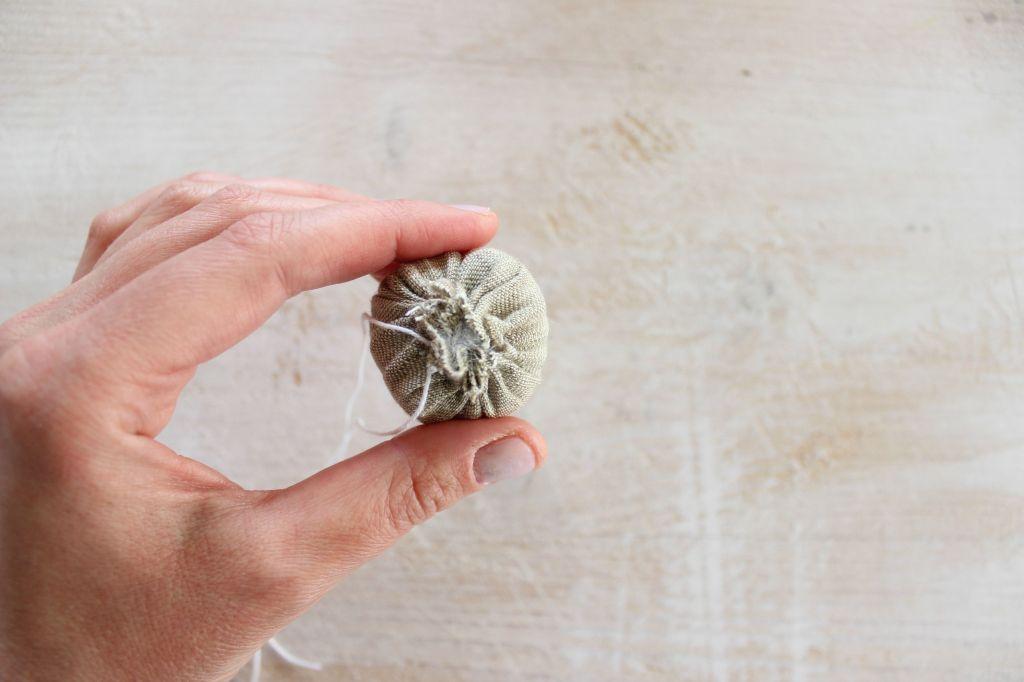 fiore decorativo fatto a mano in stoffa per applicare su borse abiti accessori