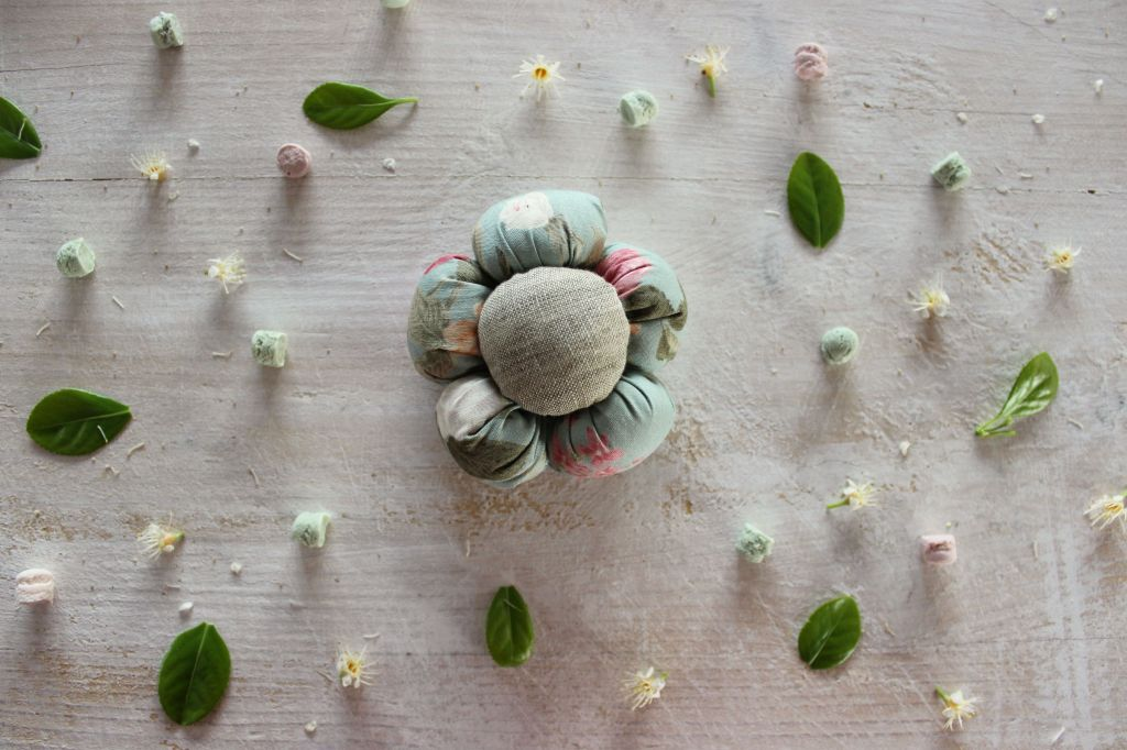 fiore di stoffa imbottito fai da te fatto a mano cucito creativo