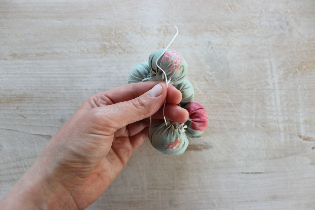 come realizzare facilmente un fiore di stoffa con ritagli di tessuto fantasia